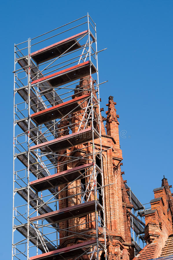 mot torn för sky för bluekyrkarenovering royaltyfri bild