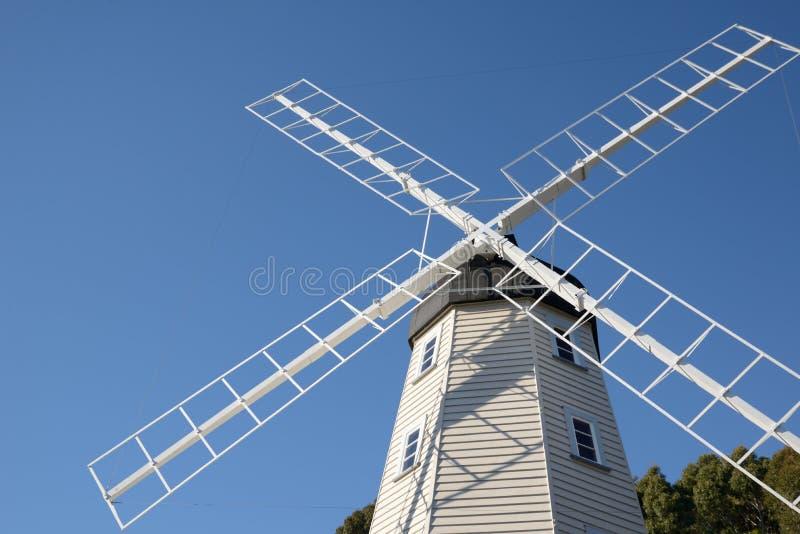 mot windmillen för blå sky royaltyfri fotografi
