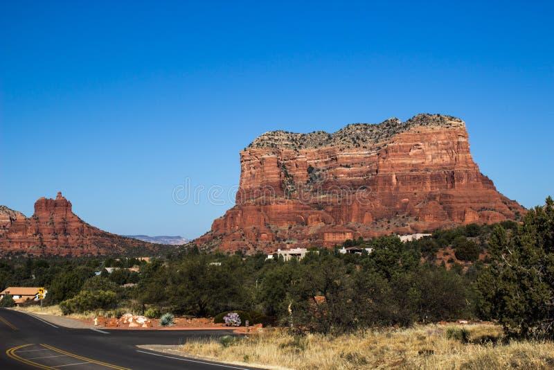 Mota roja de la montaña de la roca con capas imágenes de archivo libres de regalías