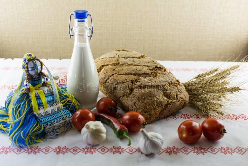 Motanka & x28; 乌克兰民间doll& x29; 牛奶和家制面包 图库摄影