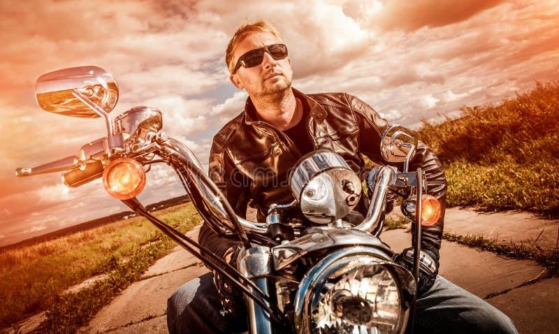 Motard sur une moto images stock