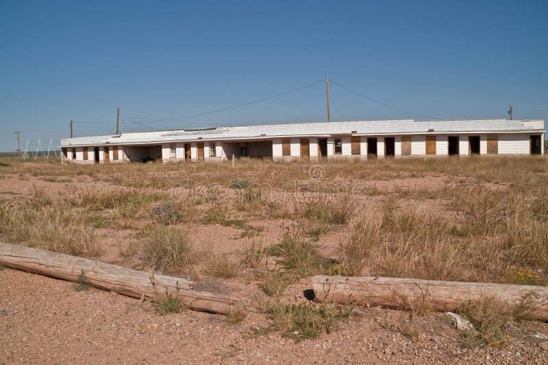 Motel abandonado con los Carports fotos de archivo