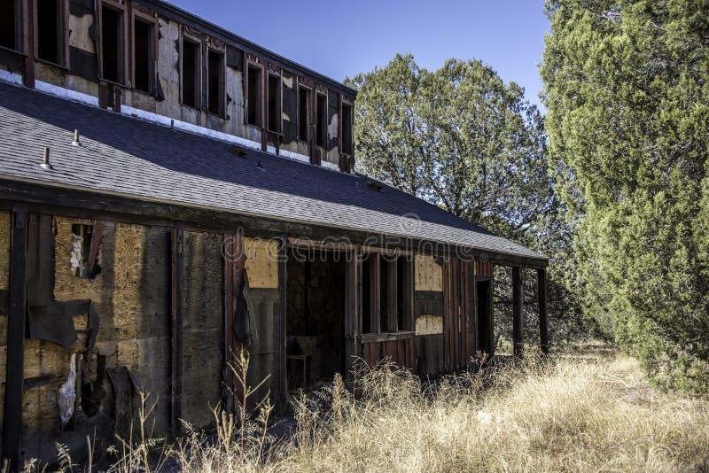 Motel abandonado en el desierto imagenes de archivo