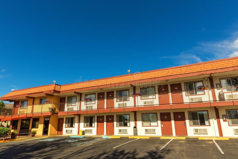 Motel americano del camino con el cielo azul en fondo imagen de archivo