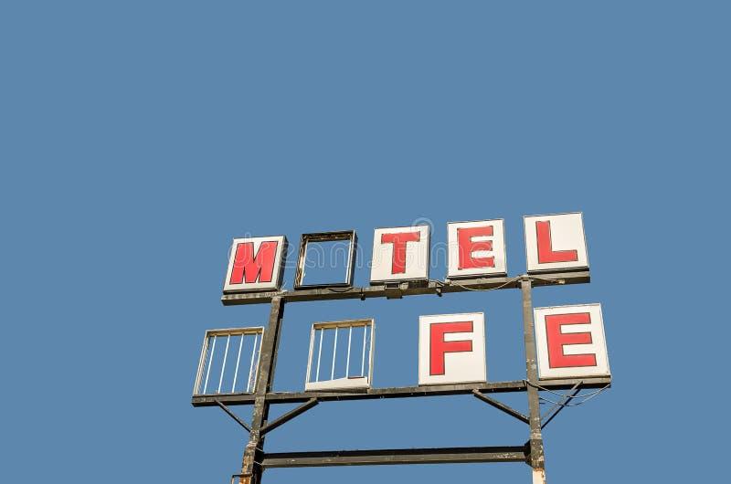 Motel-Café-Zeichen, das einige Buchstaben verfehlt stockbild