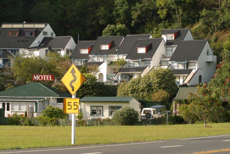 Motel cerca del camino imagenes de archivo