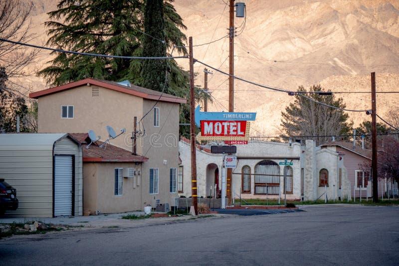 Motel do Timberline na vila histórica do pinho solitário - PINHO SOLITÁRIO CA, EUA - 29 DE MARÇO DE 2019 fotografia de stock
