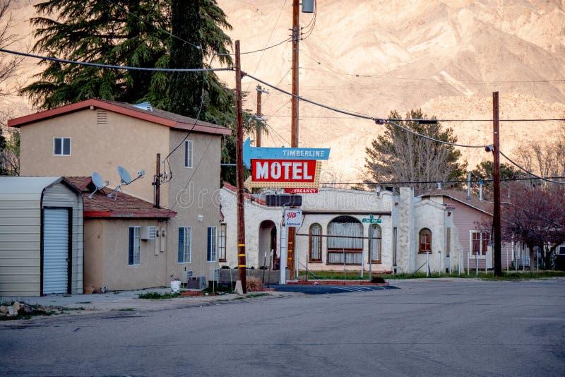Motel do Timberline na vila histórica do pinho solitário - PINHO SOLITÁRIO CA, EUA - 29 DE MARÇO DE 2019 imagens de stock royalty free