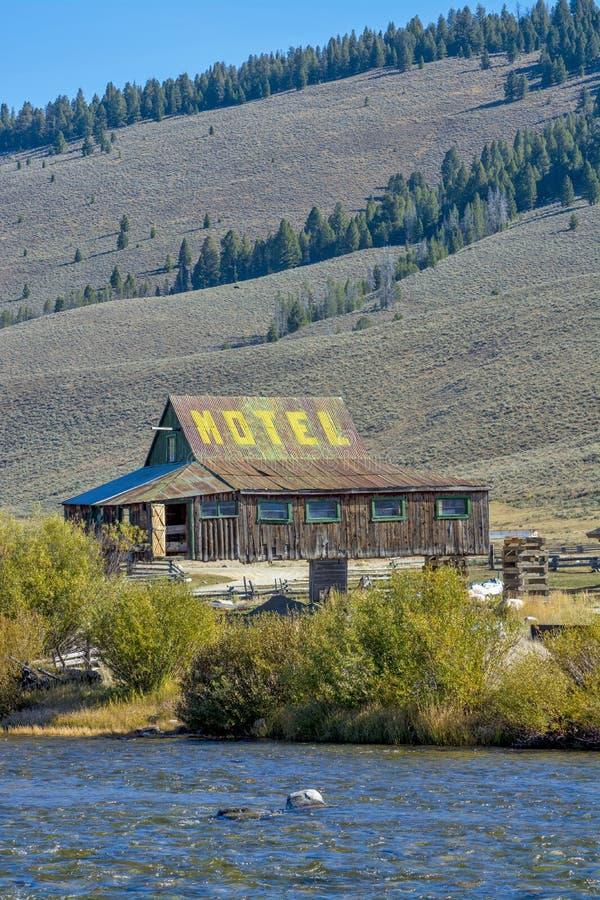 Motel en los zancos en el aire imagenes de archivo