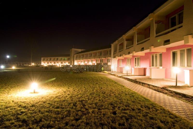 Motel/hotel en la noche fotos de archivo