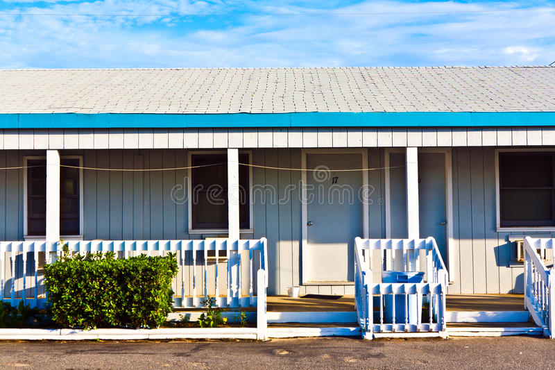Motel nos bancos exteriores fotos de stock
