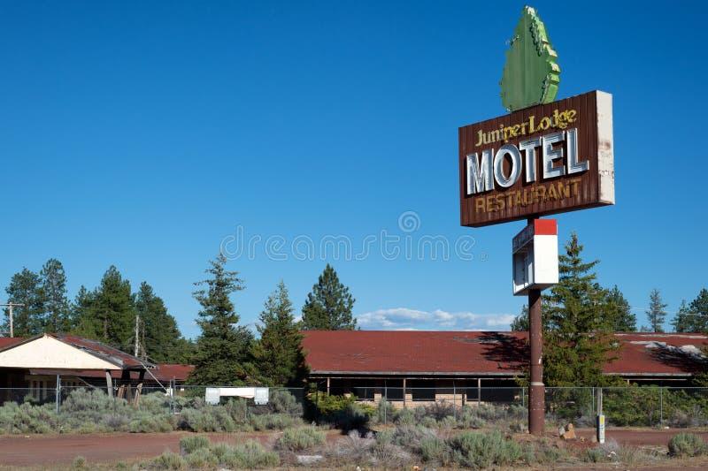 Motel rual abandonado con la vieja señal de neón fresca imagen de archivo