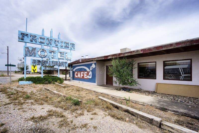 Motel y café abandonados de la frontera en Route 66 imágenes de archivo libres de regalías