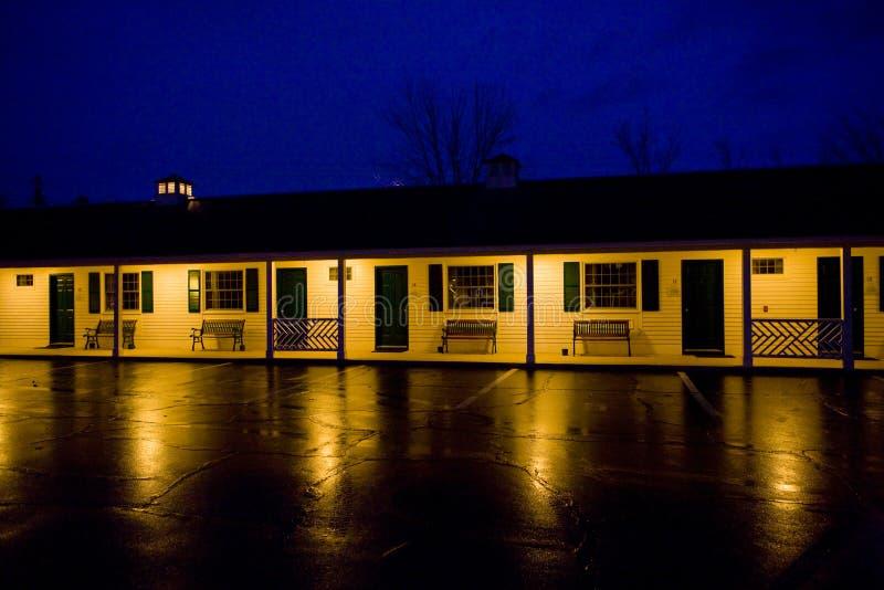 motell på natten, norr Conway, New Hampshire, USA royaltyfri bild