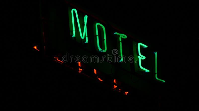 Motell som annonserar panelen med röd och grön neonbokstavsbelysning arkivbild