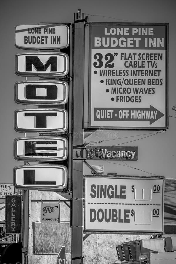 Motellet i den historiska byn av ensamt s?rjer - ENSAMT S?RJA CA, USA - MARS 29, 2019 royaltyfri bild