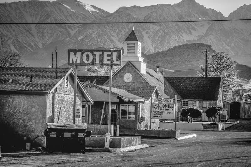 Motellet i den historiska byn av ensamt s?rjer - ENSAMT S?RJA CA, USA - MARS 29, 2019 royaltyfria foton