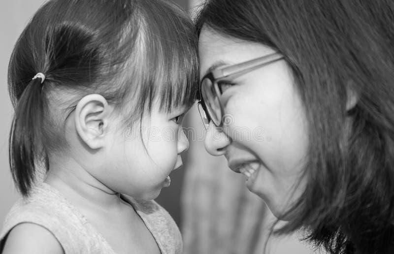 Moter en dochter die elkaar bekijken stock afbeeldingen