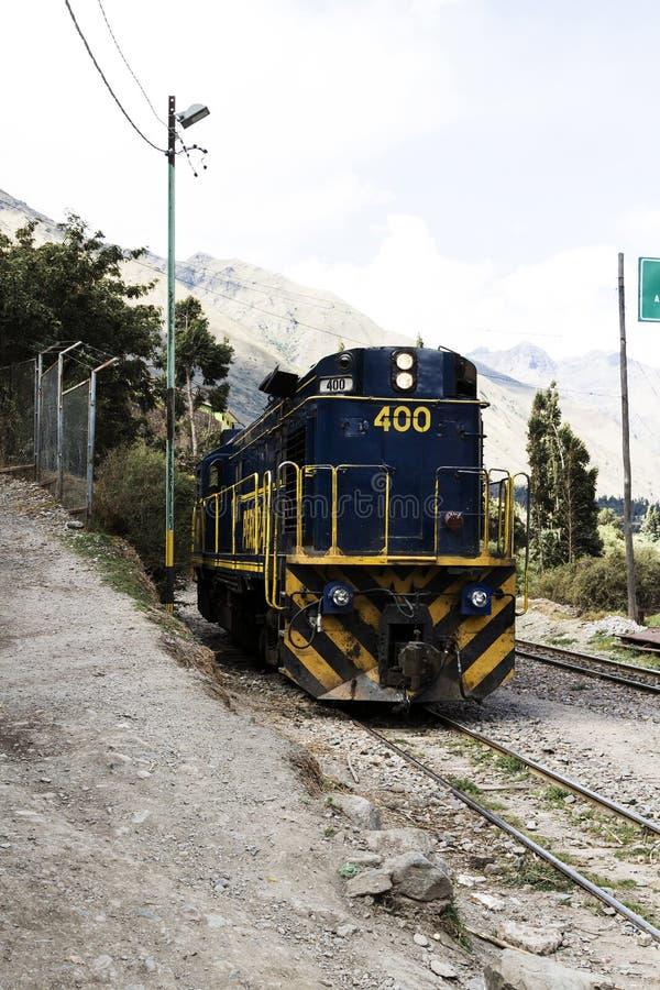 Moteur bleu et jaune de train de Perurail se reposant sur des voies images stock