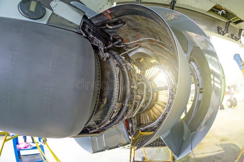 Moteur de l'avion sous l'entretien lourd photo stock