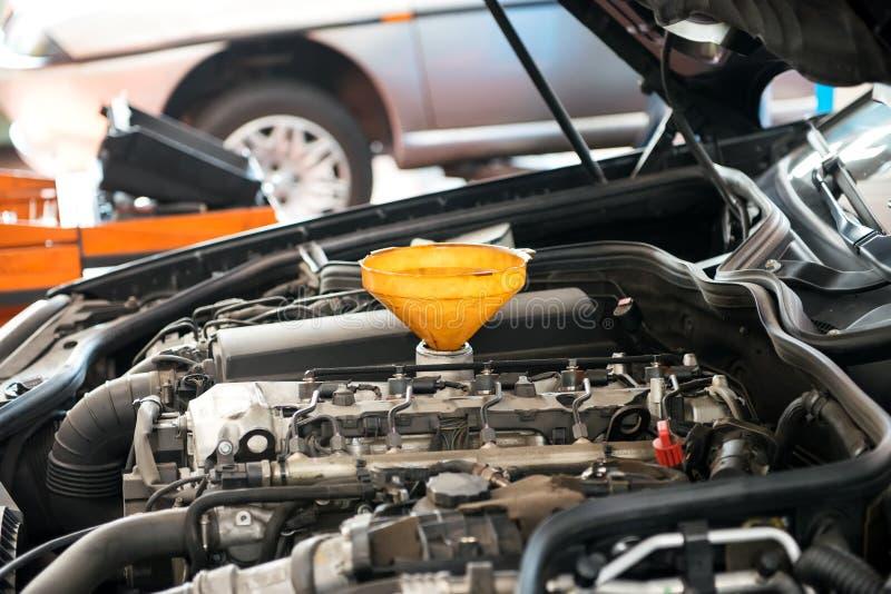 Moteur de voiture avec l'entonnoir photos libres de droits