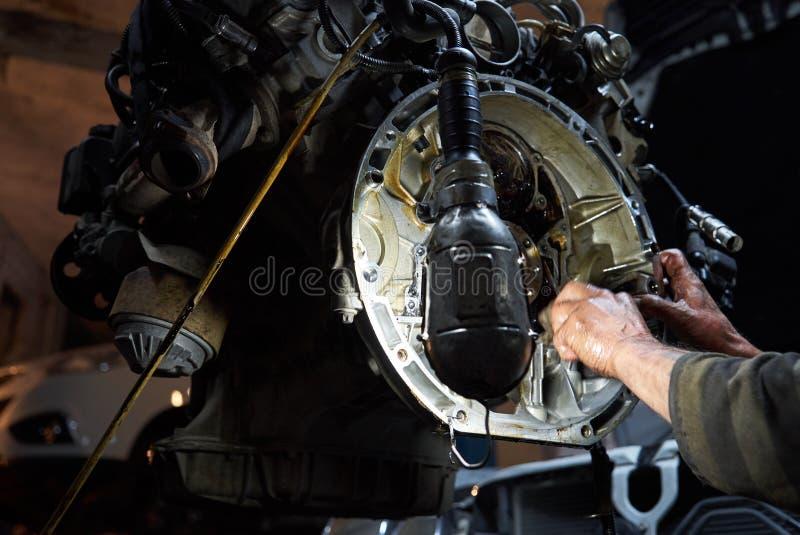 Moteur de voiture de fonctionnement et de réparation de dépanneur de mécanicien dans le service de voiture images stock