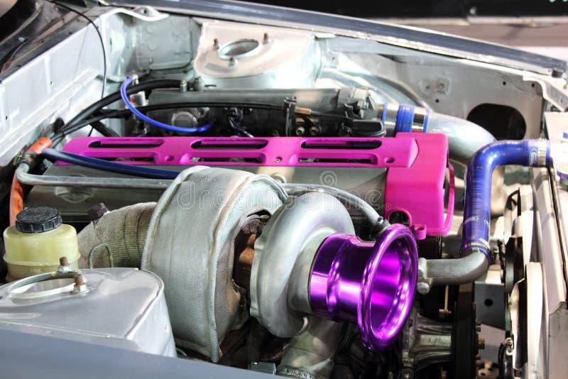 Moteur de voiture montrant des tubes, des fils et des pièces en métal. photographie stock