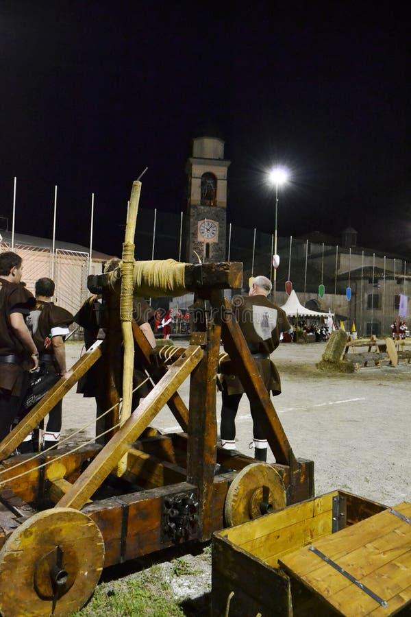Moteur en bois de catapulte médiévale exposé pendant le festival de village images stock