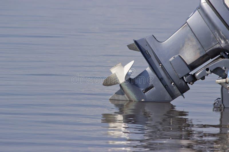 Moteur extérieur abaissé dans l'eau photographie stock