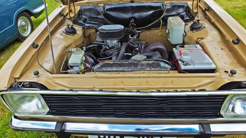 Moteur sous le capot d'une vieille voiture à une exposition de cru photographie stock