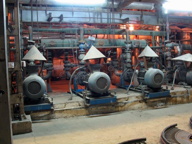 Moteurs électriques pilotant des pompes à eau à la centrale photos libres de droits