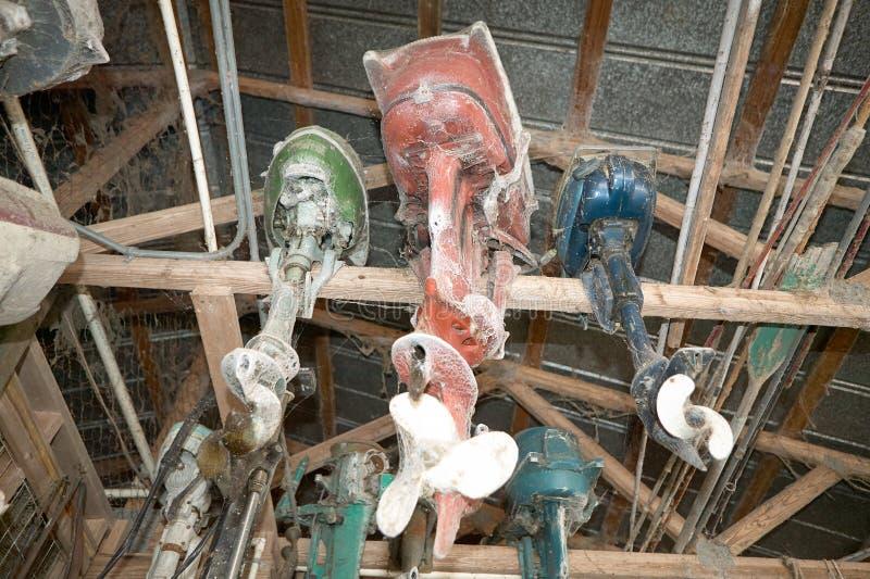Moteurs de bateau storaged sous le toit images libres de droits