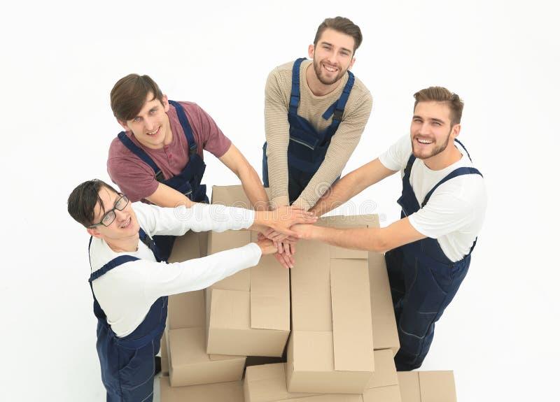 Moteurs de sourire heureux portant des boîtes, d'isolement sur le backgroun blanc photographie stock libre de droits