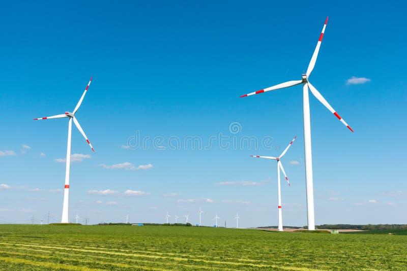 Moteurs de vent dans les domaines en Allemagne photo stock