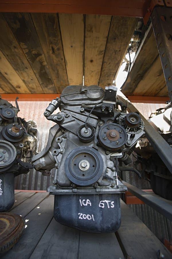 Moteurs de voiture dans l'entrepôt de ferraille photos stock