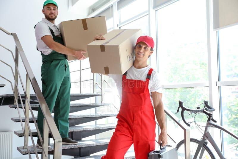 Moteurs masculins portant des boîtes photographie stock