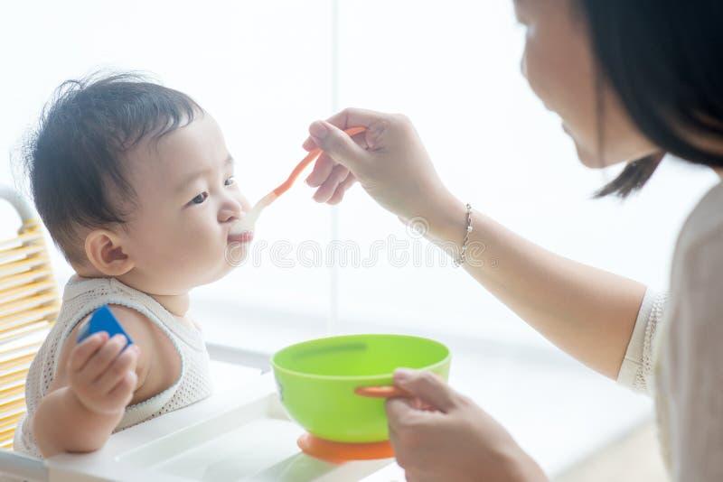 Mother matning behandla som ett barn arkivfoton