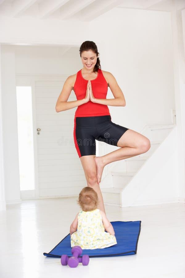 Mother och behandla som ett barn göra yoga royaltyfria bilder
