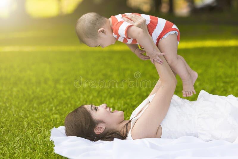 mother sonen arkivfoto