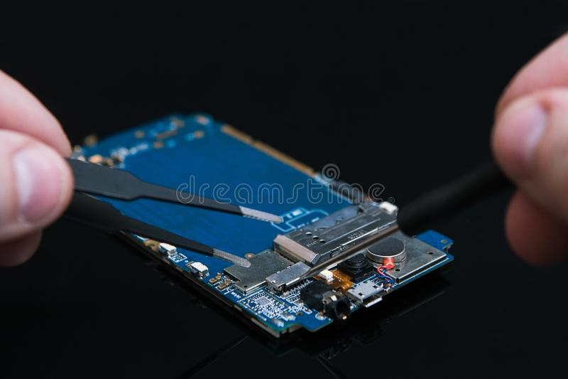 Motherboard repariert Ausbesserngerättelefone lizenzfreies stockfoto