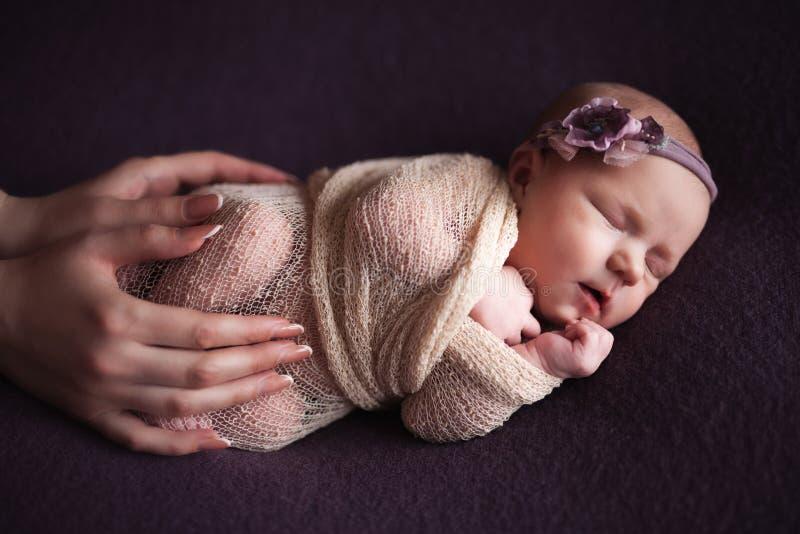 Mothercare pasgeboren concept De babyvoeten en hart van de moederholding stock foto