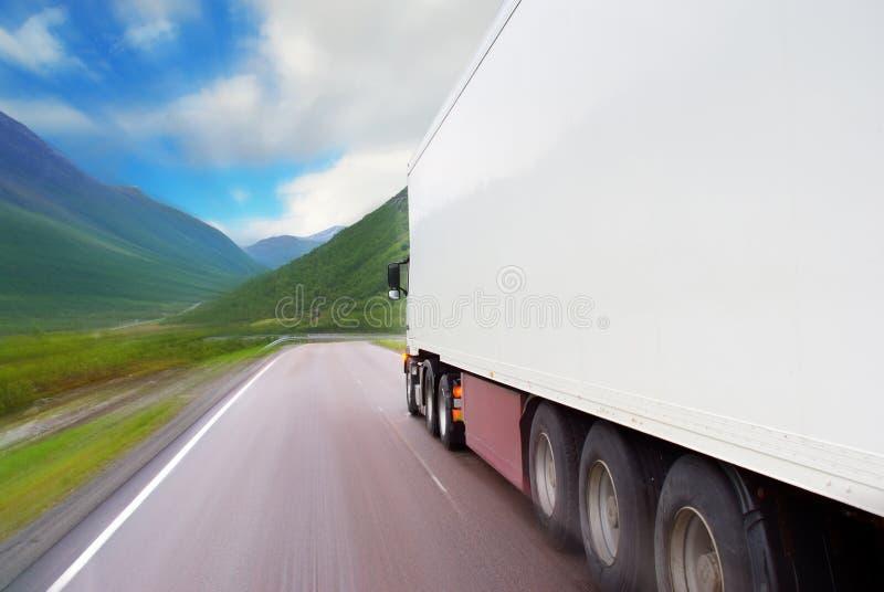 Motie van witte semi-vrachtwagen stock afbeeldingen