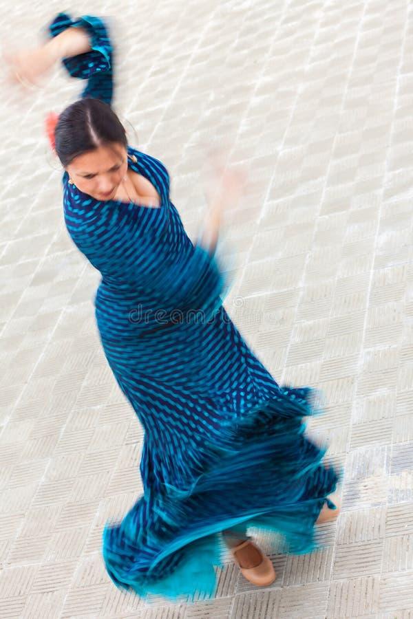 Motieonduidelijk beeld van de Traditionele Danser die van het Vrouwen Spaanse Flamenco wordt geschoten royalty-vrije stock afbeelding