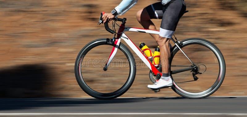 Motieonduidelijk beeld van een fietsras met de fiets en de ruiter stock foto