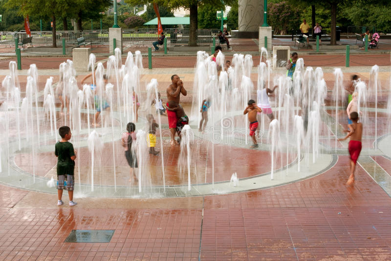 Motieonduidelijk beeld van Families die in Fontein bij het Park van Atlanta spelen stock afbeeldingen