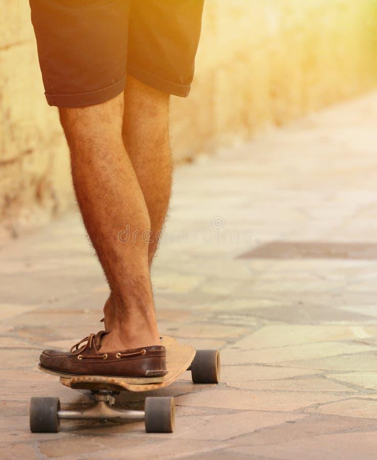 Motieonduidelijk beeld van zich het snelle skateboardervoeten bewegen stock foto