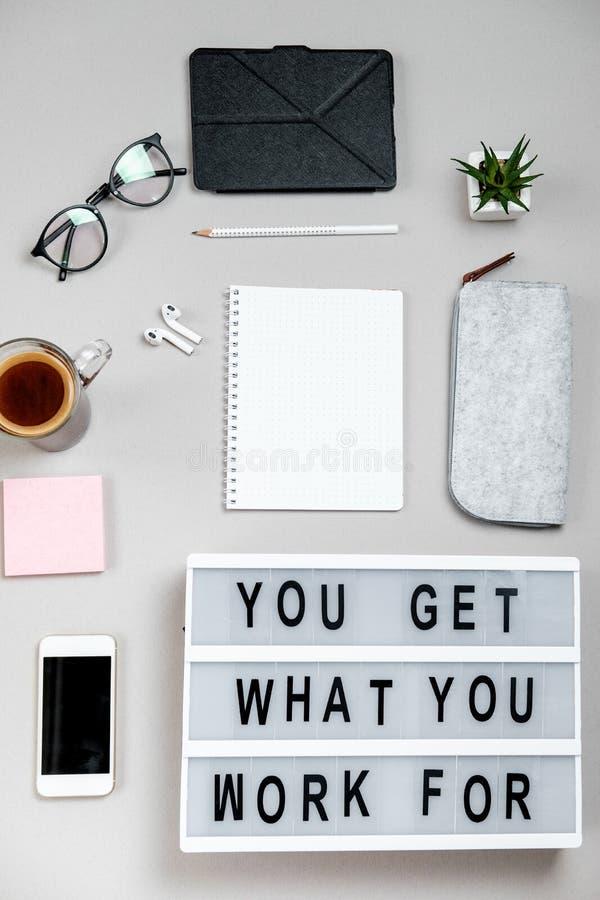 Motievenraad, koffie en kantoorbehoeften Bedrijfs concept bovenkant stock foto