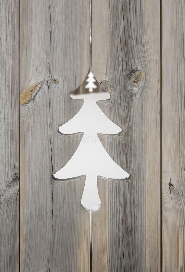 Motif d'arbre de Noël dans les panneaux en bois de volet photographie stock