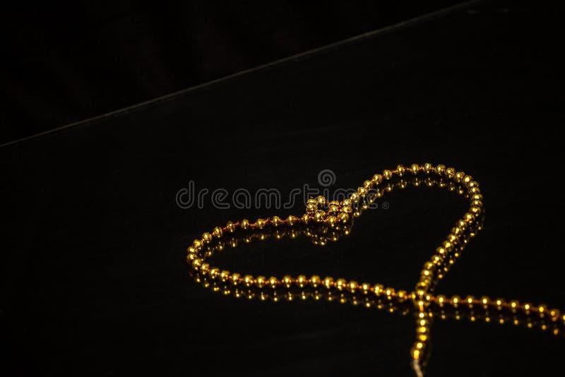 Motif d'or de chaîne d'arbre de Noël images stock