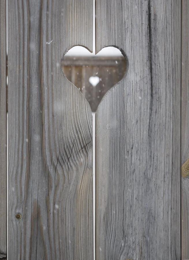 Motif de coeur dans les panneaux en bois de volet photos stock